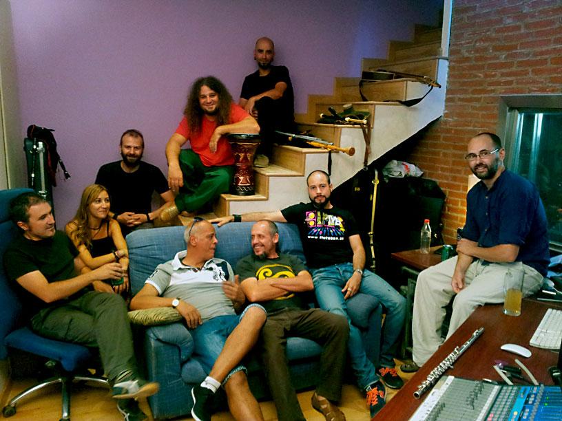 SOG con Daniel Peces (en el sofá,  primero por la izquierda) en los estudios Pinchi Rercords
